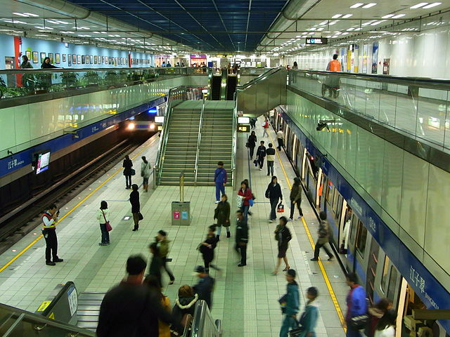 640px-Platform_in_Jiangzicui_Station