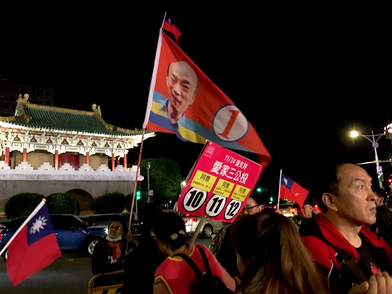 Han Kuo-yu flag seen at the Ting Shou-chung rally held on Ketagalan  Boulevard yesterday. Photo credit: Brian Hioe